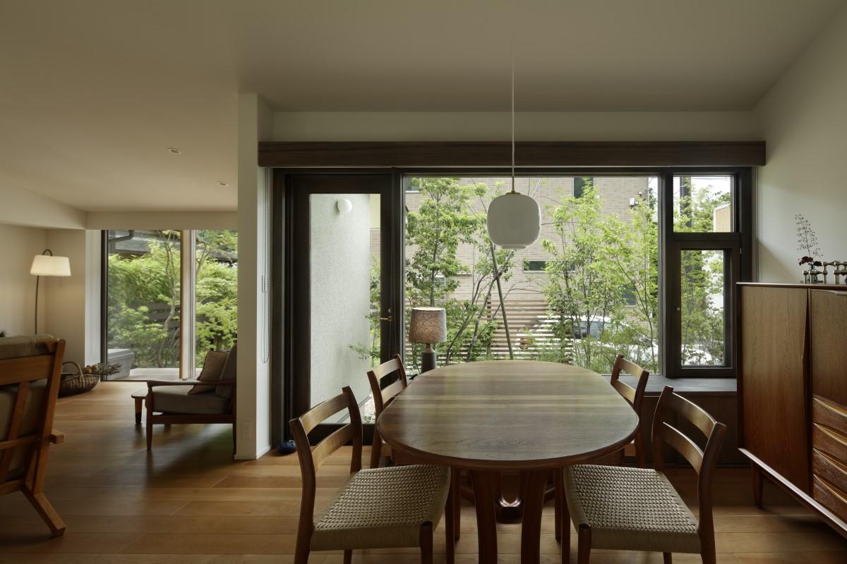 庭とつながる窓辺、風景に溶け込む家